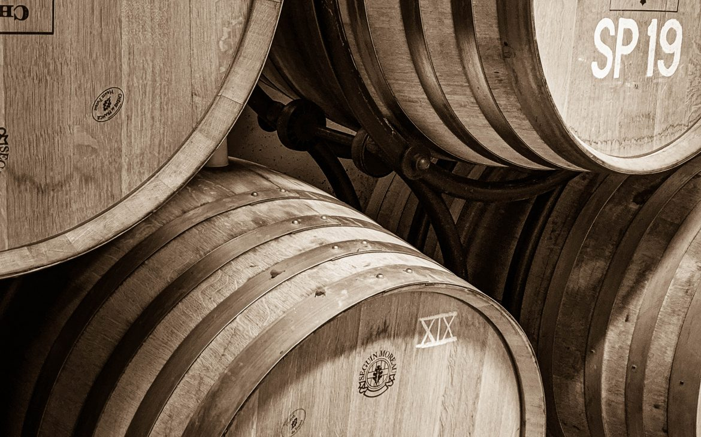 Barrels im Weinkeller Chateau Valcombe